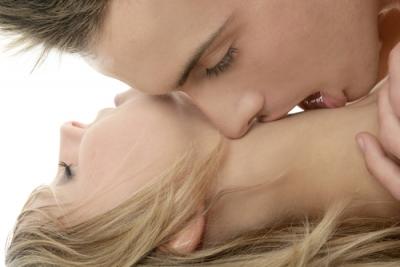 Модели брюнетки эротика с поцелуем
